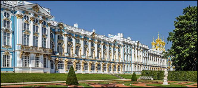 Екатерининский дворец ( Большой Царскосельский дворец) Этот дворец заложен в 1717 году как резиденция Екатерины I.Дворец изменился после грандиозной перестройки, которую поручила Елизавета Петровна архитектору Бартоломео Франческо Растрелли в 1752 году.