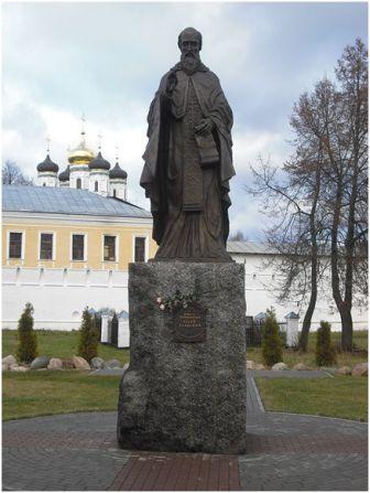 Памятник Иосифу Волоцкому  в Иосифо-Волоколамском  монастыре. Скульптор  Сергей Исаков, 2009г.
