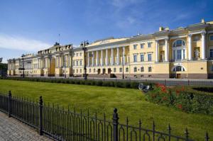 Сенат  и Синод. С 2008 г. здесь располагается Конституционный Суд РФ, в другом крыле- библиотека им. Б.Ельцина.
